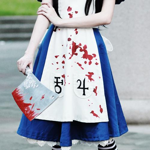 台湾美女倾情Cos爱丽丝 形象逼真服装超赞