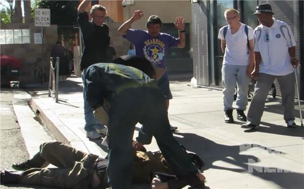 """《辐射4》真人版短片 街头""""抢""""瓶盖遭警察盘问"""