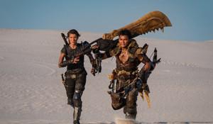 《怪物猎人》电影新剧照曝光 猎人肩抗大剑穿梭沙漠